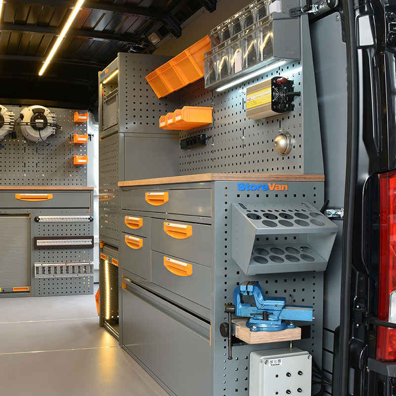 Equipamiento para furgonetas Fiat Ducato con banco de trabajo y con banco extraíble para tornillo de banco