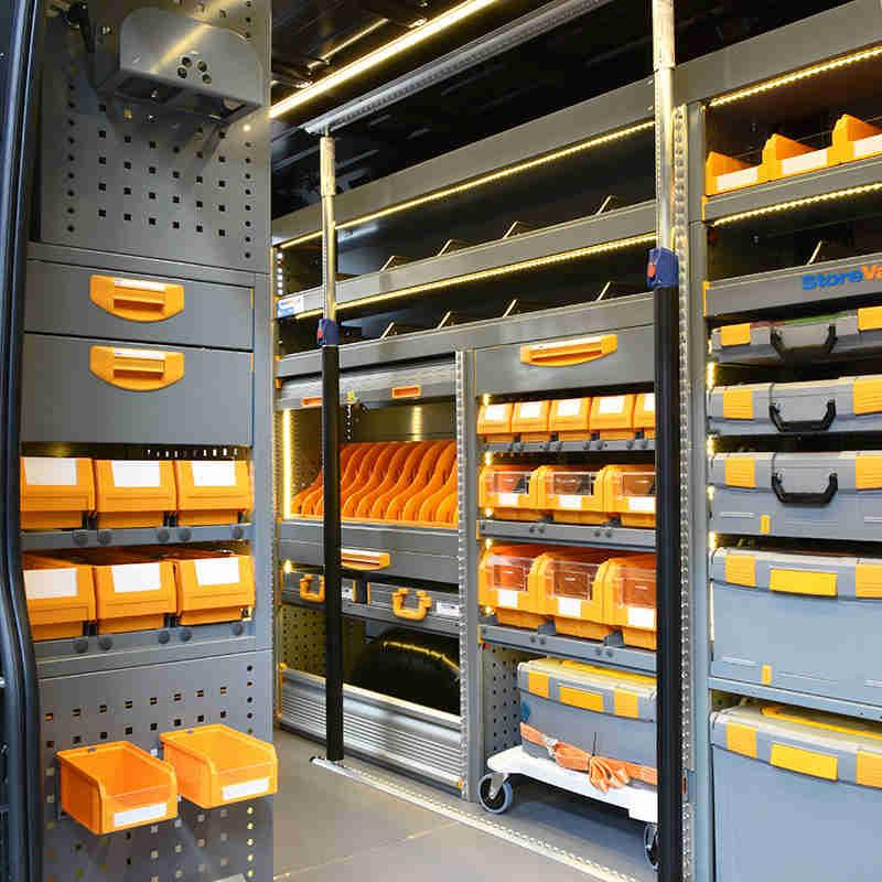 Equipamiento para furgonetas Fiat Ducato con cajas de plástico y barras sujeta carga