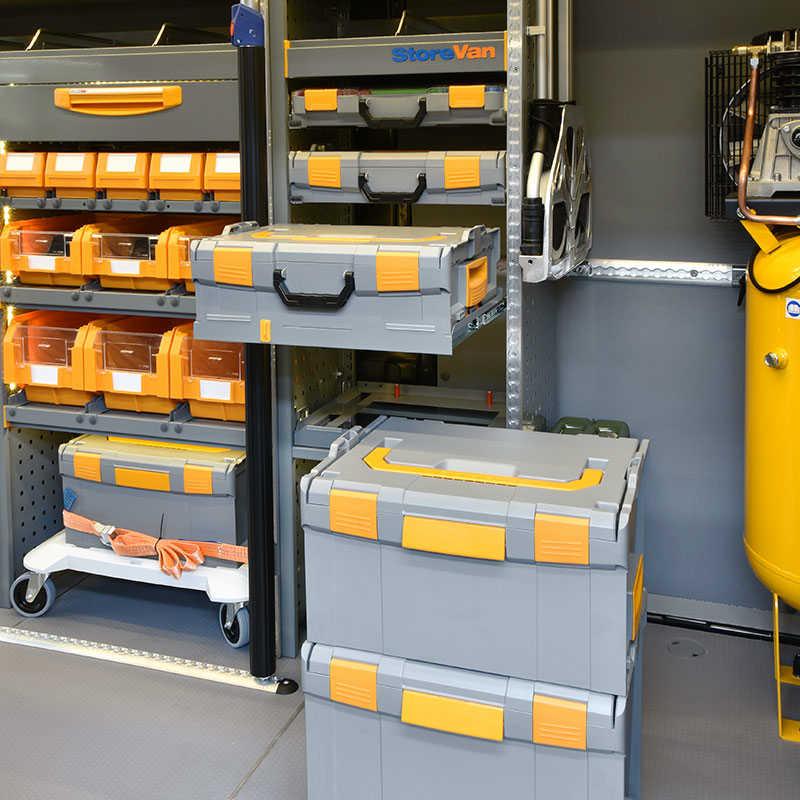 Equipamiento para furgonetas Fiat Ducato con maletines de plástico y metal para piezas pequeñas