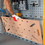 Profil bocznej krawędzi umożliwiający szybkie mocowanie na systemowej zabudowie ściany grodziowej